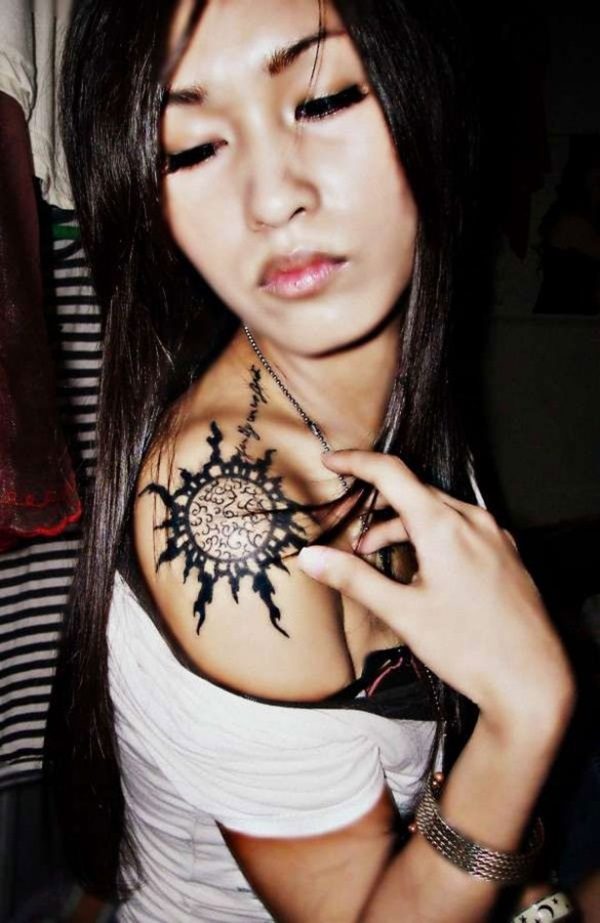 Impossibly Pretty Shoulder Tattoo Designs For Girls (28)