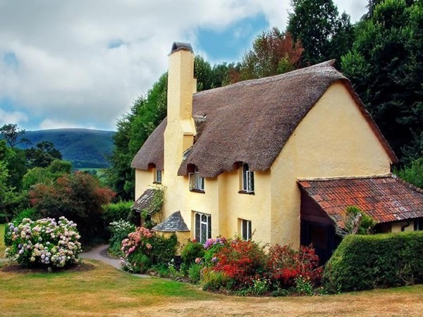 Beautiful thatch roof Cottage House Designs (31)