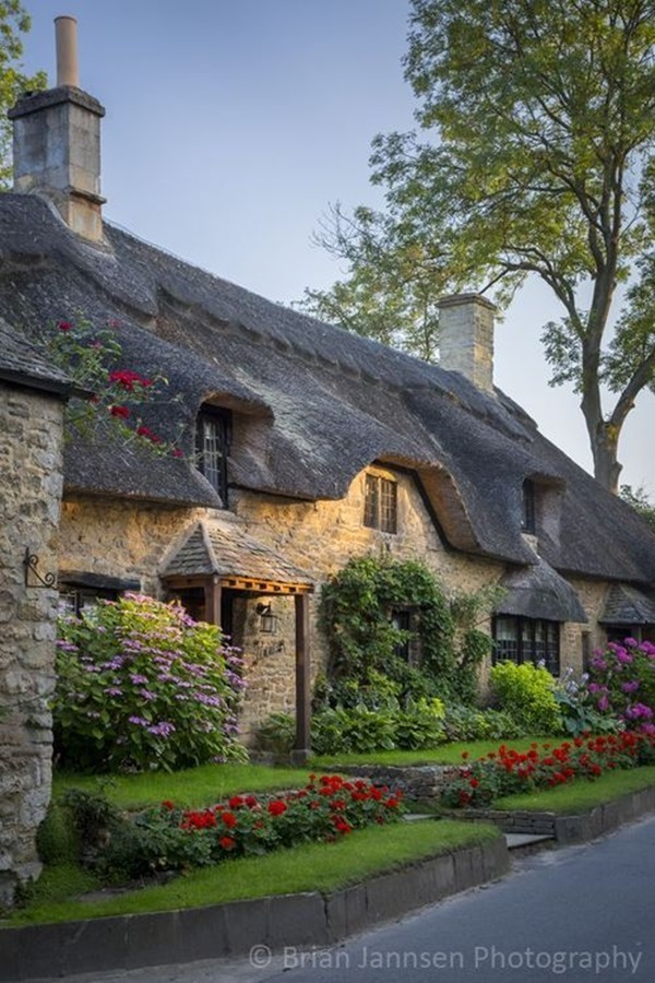 Thatch roof cottage in Broad Campden, the Cotswolds, Gloucestershire, England