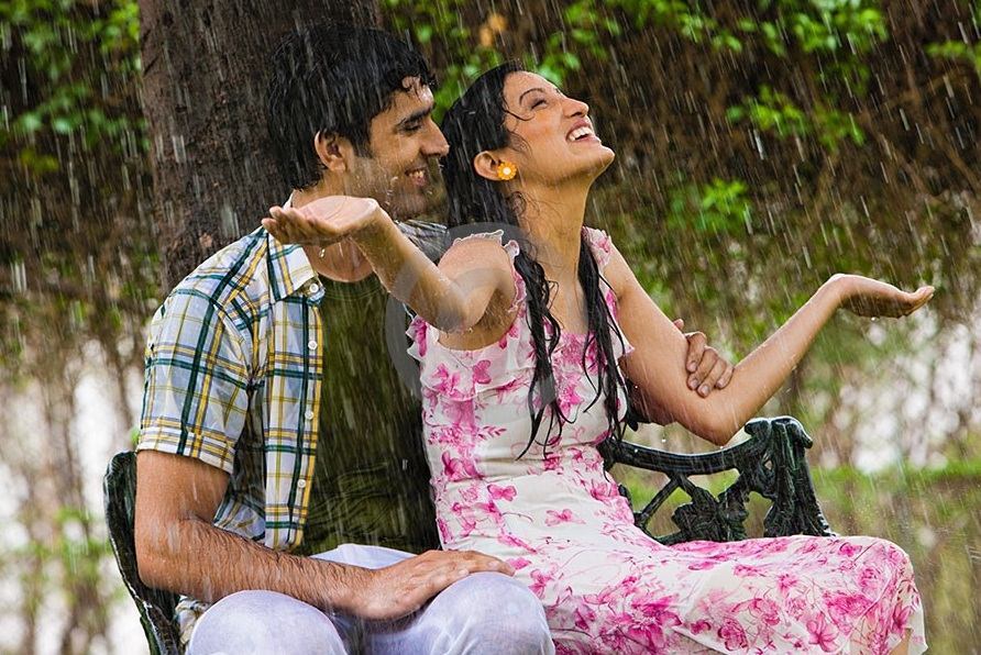 30 beautiful examples of couple in the rain photography couple in rain4 altavistaventures Image collections