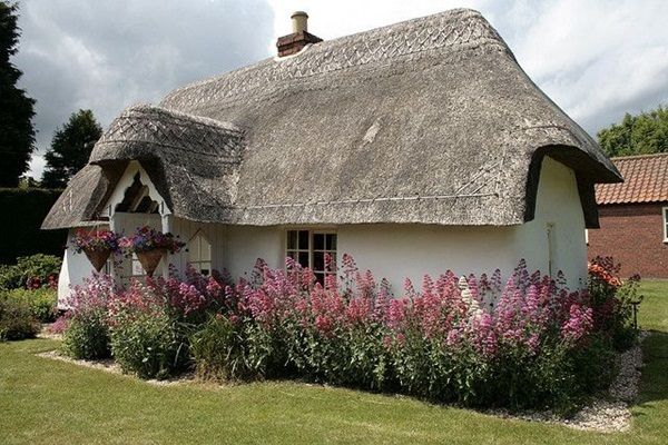 40 beautiful thatch roof cottage house designs for Cottage style roof design