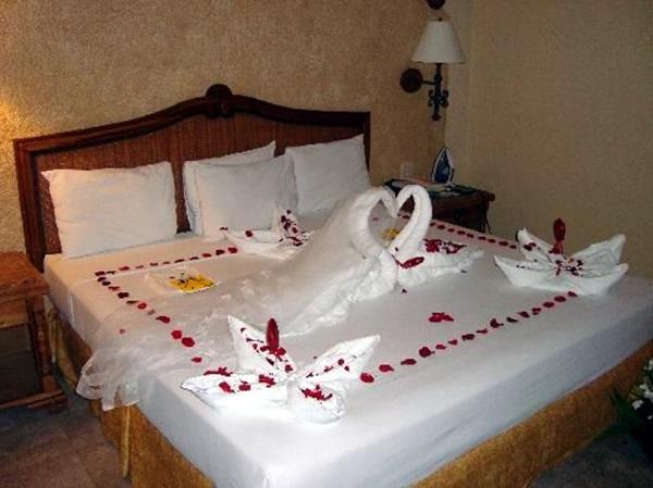 Wedding 1st night bed decoration ideas (38)