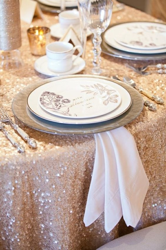 Titillating table cloth designs to tilt the tables to your for Christmas table cover ideas