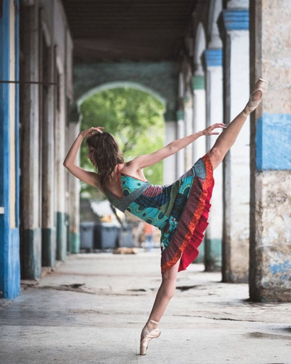 spectacular-shots-of-ballerinas-showing-their-skills-off-stage0061