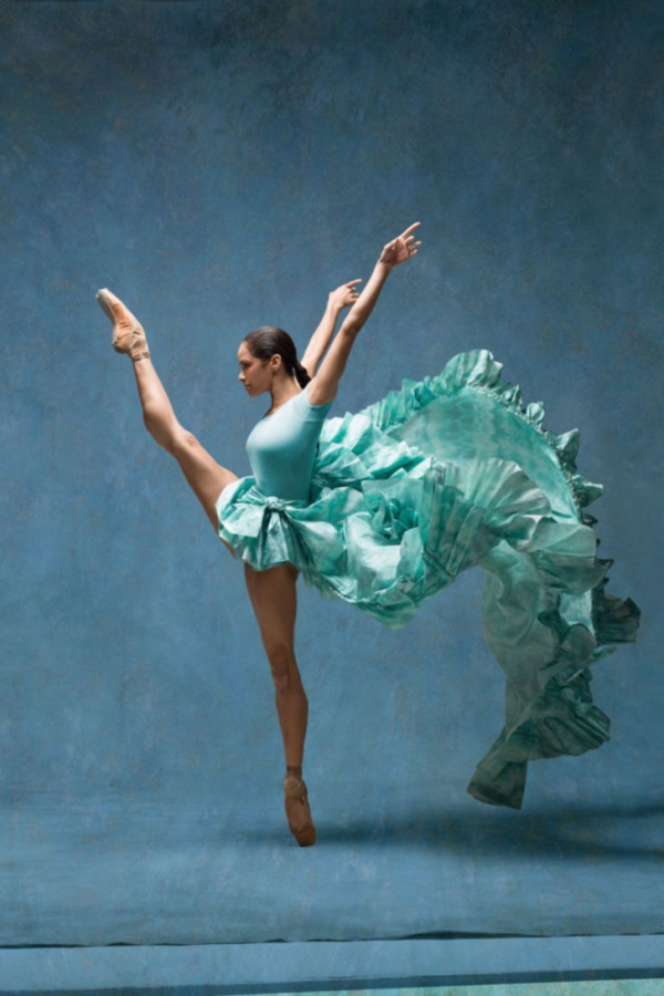 spectacular-shots-of-ballerinas-showing-their-skills-off-stage0111